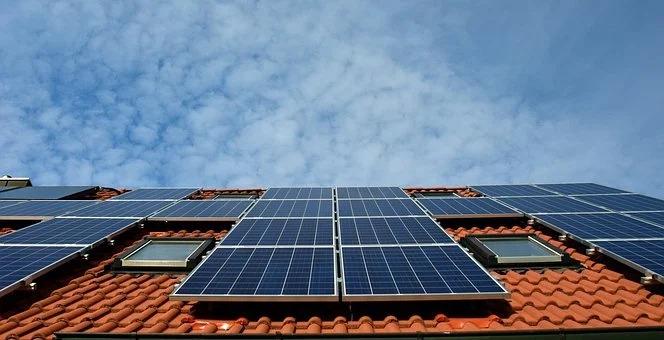 Verkoop overtollige zonnestroom door particulieren met of zonder btw?